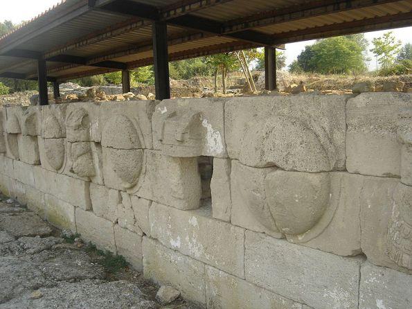 ΔΙΟΝ: Ασπίδες που αφιέρωσε ο Μέγας Αλέξανδρος για τη νίκη του επί των Περσών στο Γρανικό Ποταμό. Βρίσκονται στον Αρχαιολογικό Χώρο του Δίου.